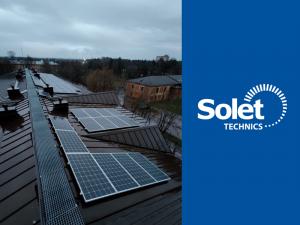 Solet technics įrengta saulės elektrinė (saulės jėgainė) su lietuviškais fotovoltiniais moduliais (saulės baterijos) ant alytaus nakvynės namų pastato