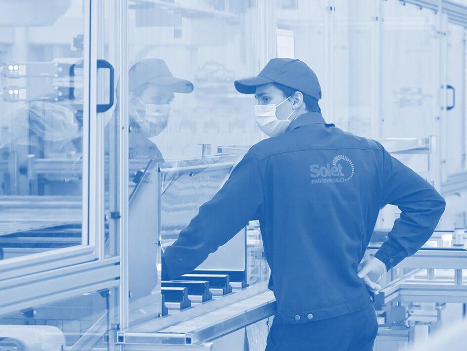 Solet TEchncis karjera gamykla žmogus mėlyname fone