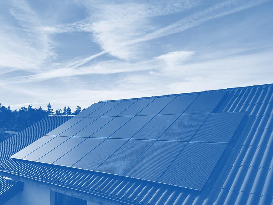 parama fiziniu asmenu saules elekrinems ant pastato stogo