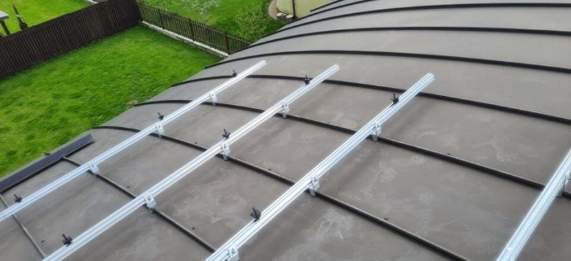 konstrukcija tvirtinant modulius ant išgaubto stogo