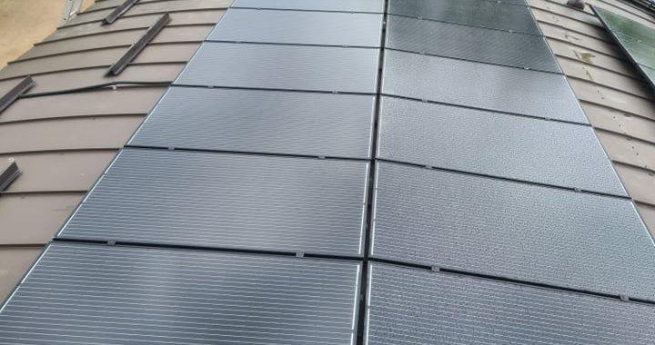 saulės moduliai ant išgaubto stogo