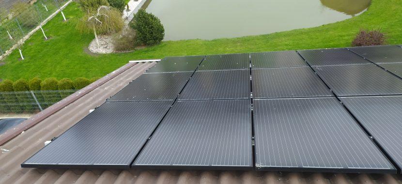 saulės baterijos ir prūdas