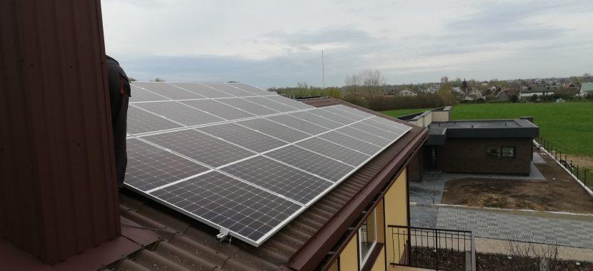 įrengimo darbai pabaigti ant pastato stogo