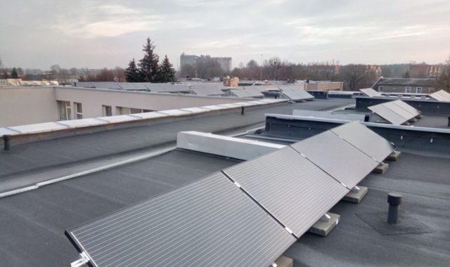 saulės moduliai ant pastato stogo