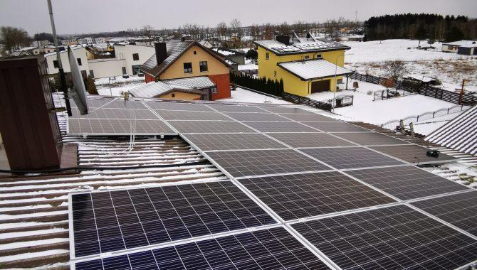 saulės jėgainė įrengta žiemą