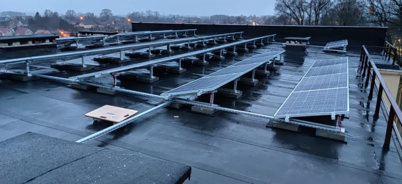 elektrinė ant drėgno pastato stogo