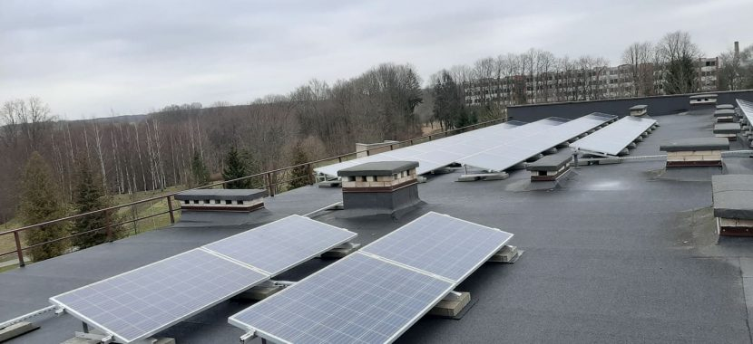 naumiesčio saulės jėgainė ant plokščio stogo
