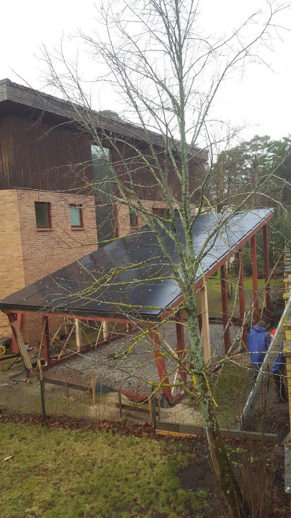 saulės elektrinė kaip elektromobilio pavėsinė su fotovoltiniais moduliais