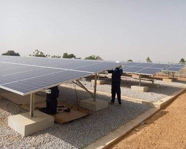 Nigerijoje įrengta saulės elektrinė ant žemės