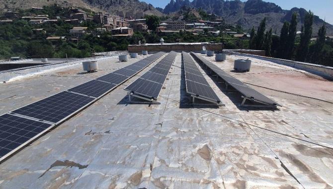 saules baterijos ant plokščių mokyklos stogų