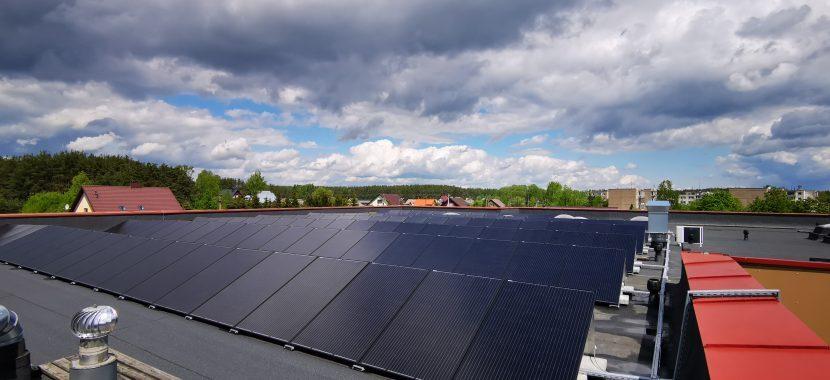 visiškai juodi saulės moduliai ant plokščio stogo
