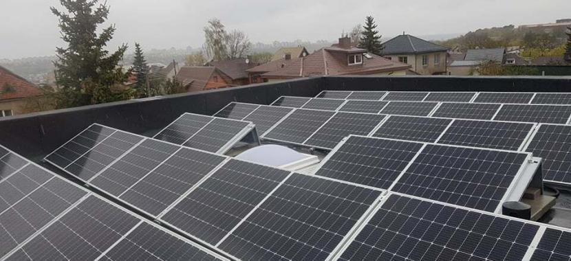 saulės jėgainė ant privataus namo plokščio stogo