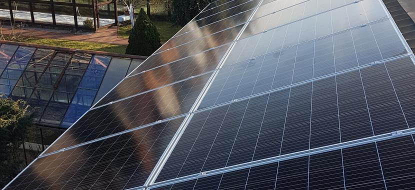 atspindys nuo saulės jėgainės šiferinė stogo danga