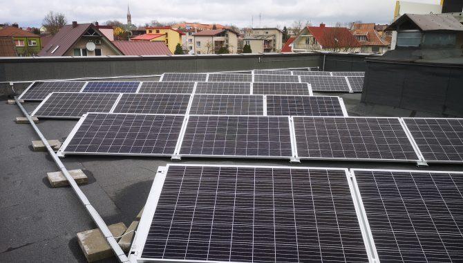 saulės baterijos ant plokščio pastato stogo
