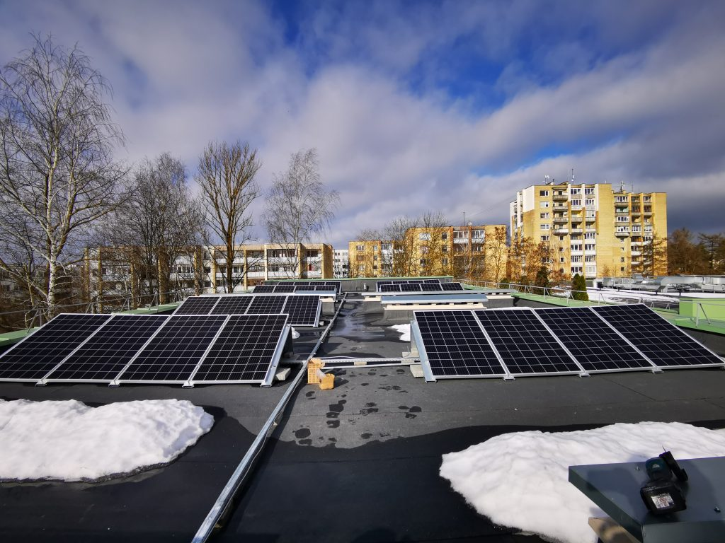 fotovoltinė saulės modulių sistema ant plokščio stogo