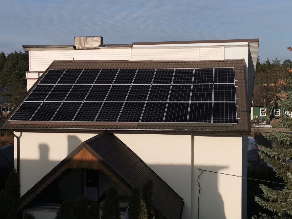 fotovoltinė sistema ant skaridnio stogo