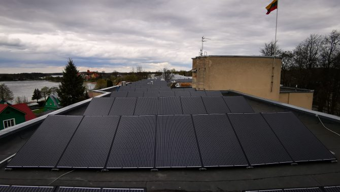 monokristaliniai saulės moduliai ant savivaldybės pastato