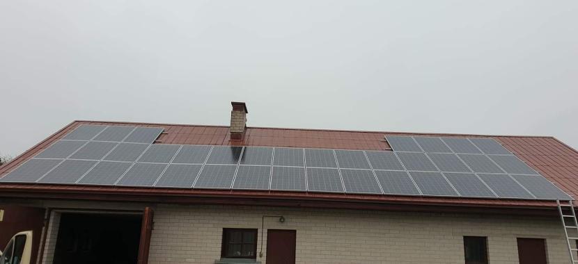 saulės moduliai ant negyvenamojo namo