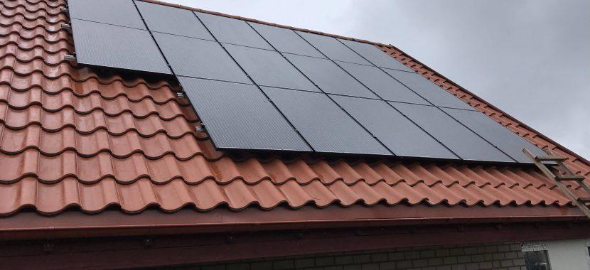saulės moduliai ant čerpinio stogo