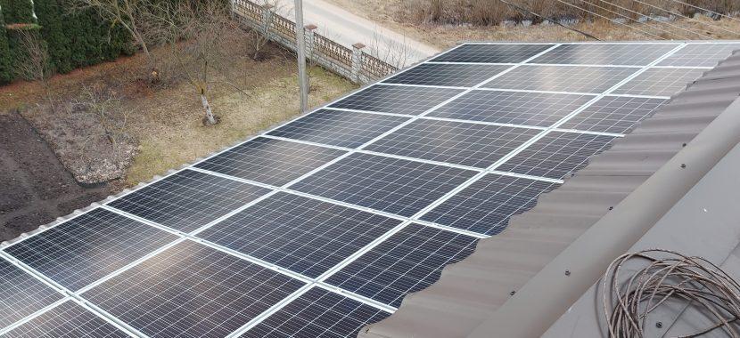 montuojami saulės moduliai ant pastato