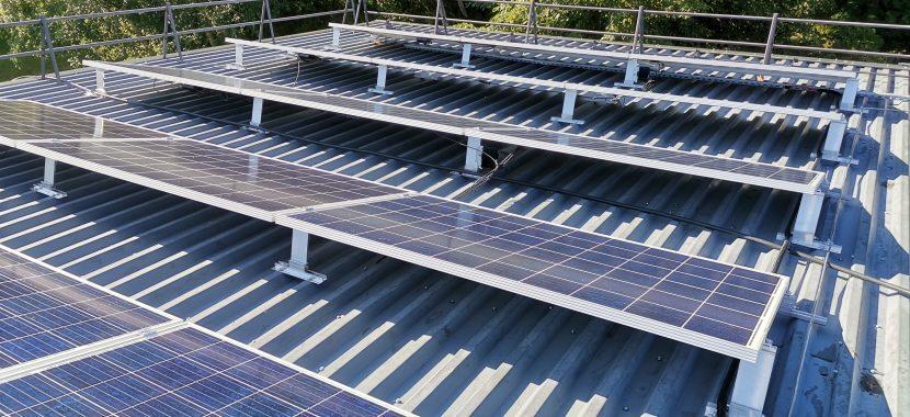 saulės elektrinės tvirtinimas prie skardinio stogo