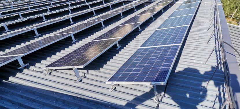 saulės jėgainė su pakeltu kampu
