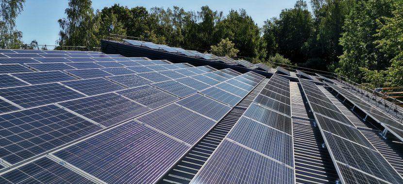 polikristaliniai saulės moduliai ant skardinio stogo