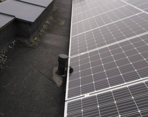 saulės jėgainė ant stogo su balastinėmis plytelėmis