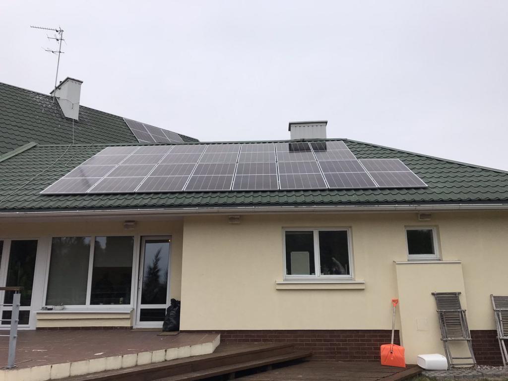 Saulės moduliai ant pastato monokristaliniai žemas pastatas