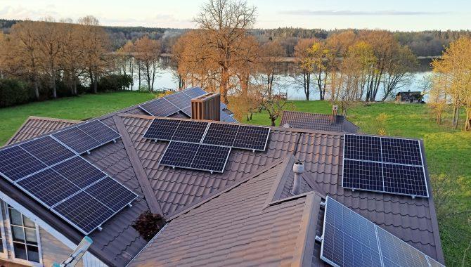 Saulės modulių išdėstymas ant gyvenamojo namo