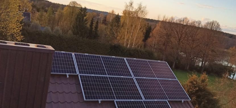 fotovoltiniai moduliai ant skardinio stogo