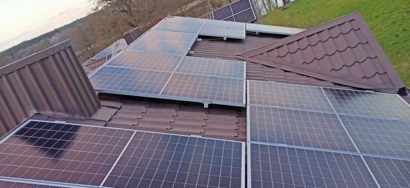 Saulės baterijos ant gyvenamojo namo stogo monokristaliniai fotovoltiniai moduliai