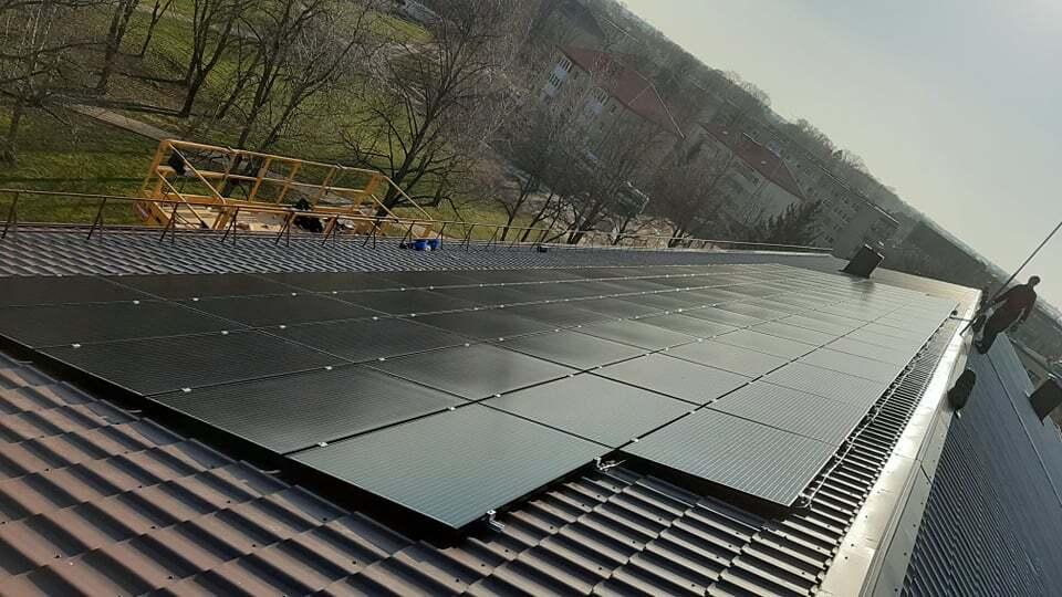 saules baterijos ant mokyklos stogo juoda spalva