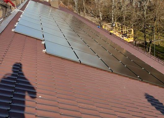 saulės jėgainė ant mokyklos stogo, sumontuota ant skardinės stogo dangos